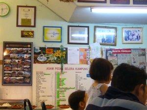 bangga mempamerkan keratan akhbar & plaque di dinding