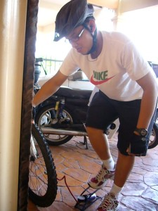 2) tyre pressure kena cek..kita kan nak berjalan jauh